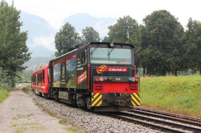 De fleste tog fremførtes af et diesellokomotiv bygget af Gmeinder med typebetegnelsen D75 BB-SE. Her er det den sorte D 15, der skubber noget, der ligner et motorvognssæt af samme type, som ses ovenfor. Rotholz 01.09.2013.