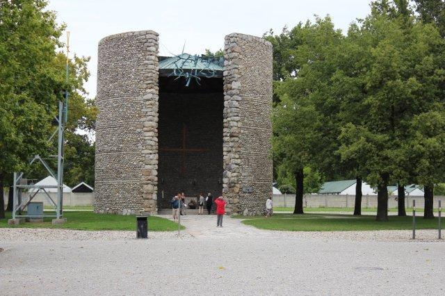 For egen regning tog vi til Dachau og beså koncentrationslejren der. Her et smukt romerskkatolsk kapel bygget af flodslebne rullesten. Desuden var der et protestantisk kapel i beton og et russiskortodoks samt et jødisk mindested. Desuden var der et kloster, hvor vi samlede tankerne igen for at komme videre.