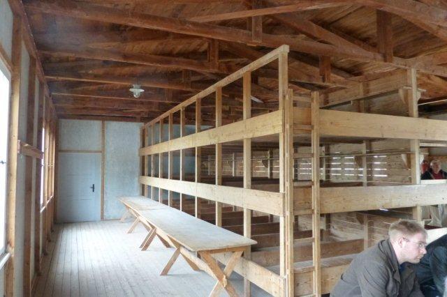 Interriør i Dachau fra krigens start. Der er stadig separate senge, omend der kunne være flere indsatte i hver seng. Sidst under krigen var skillevæggene fjernet. Da var overbelægningen mange hundrede procent. Der var mange besøgende og navnlig mange grupper med fører, så det var svært at komme til.