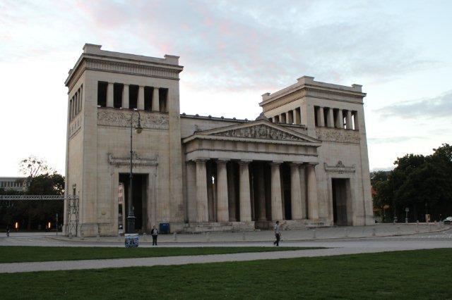 Nu vi havde kort til Münchens bytrafik, stak vi lige næsen op her ved en af den ikke helt normale bayerske kong Ludwig IIs bygningsværker. Rædsel - uden formål - man kan sige meget, men det er trods alt gennemført i ren ny klassicistisk stil.