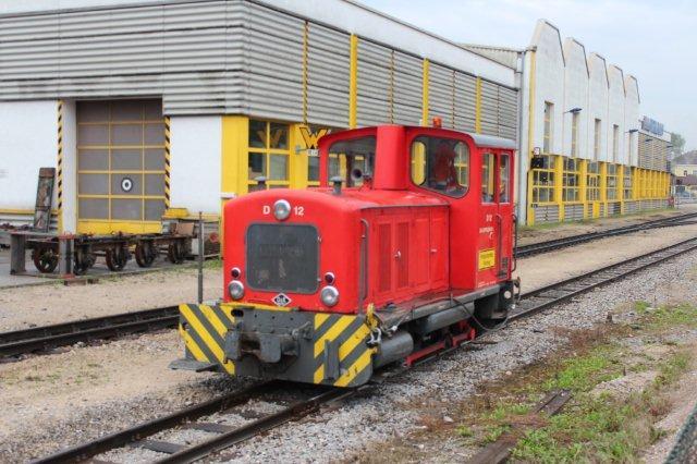 D 12 fra O&K, som kører endnu, skal erstattes af den anden nyindkøbte Diema. O&K'en er 25923/1959. Oprindeligt leveret til Rhein - Sieg Eisenbahn i 785 mm. 1969 til ZB og omsporing til 760 mm. Jenbach 01.09.2013.