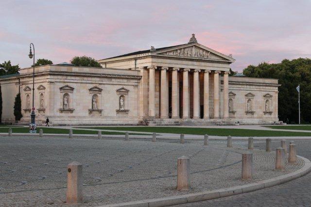 Bag ovenstående propylæ stod to ret ens museer også forklædt som græske bygninger. Foran det andet stod - tror jeg - Pallas Athene i gul - næppe guld? Begge bygninger husede museer, jeg godt ville have set, men vi var for hjemadgående. Søjlerne på de tre bygninger var forskellige: doriske, joniske og korinthiske - meget korrekte og ikke uden charme trods det, at det var kopiversioner.