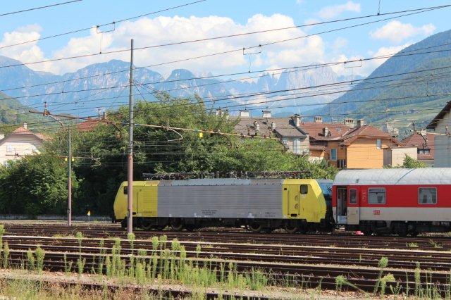 Siemens dispo Billedet viser et af de mere kedelige og intetsigende Dispolok og ligeledes med Rosengarten i baggrunden. Maskinen er mærket 9180 6189 915-2-D-DISP, endvidere ES 64 F4-015, Class 189 VD og endelig LZB 189 915-2. Ejeren står fast, Siemens, men brugeren er ikke kendt. Betegnelsen LZB er ikke brugeren, men betyder Linienzugbeeinflussung og er et tysk system, der styrer lokomotivets færden. 31.08.2013.