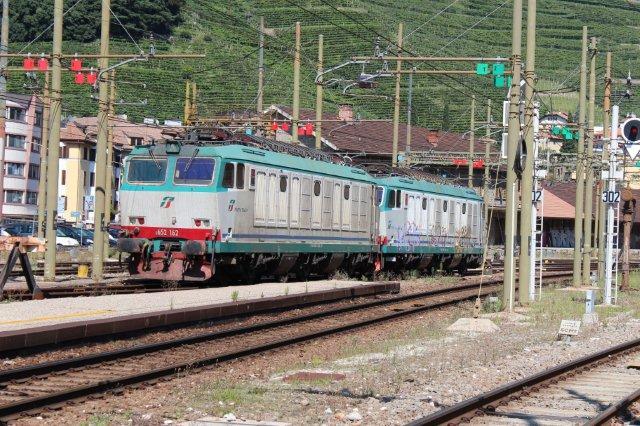 Et par af værtens egen lokomotiver, to type Tren Italia 652 afventer i Bozen 31.08.2013. I front TI 652 162.