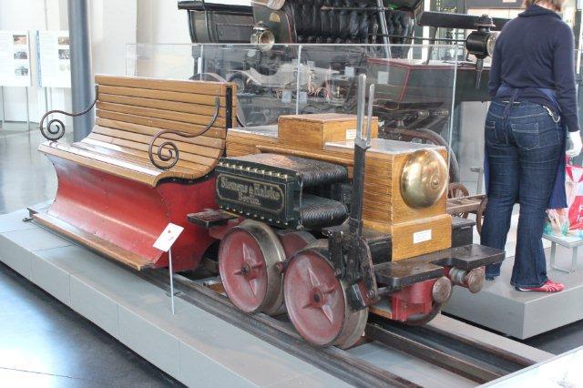 Verdens første elektriske lokomotiv bygget af Werner Siemens i 1879. Det demonstreredes samme år på en dertil indrettet ringbane i Berlin. Lokomotivet kørte på 150 Volt jævnstrøm og ydede 2,2 kW. Vægt 0,954 t. Højeste hastighed 7 km/t. 30.08.2013.