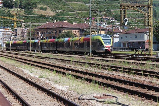 Dette farvestrålende seksvogns togsæt af typen ETR 170 var ejet af Autonome Provinz Bozen Südtirol eller på italiensk Alto Adige (efter floden) i stedet for Sydtyrol. Endvidere var toget mærket Pustertal Bahn, hvilket vil sige, at det kører ind i Østtirol fra Franzenfeste. Den korteste vej fra Østtyrol, hvor der også bor østrigere, til Innsbruck fører gennem Italien, men italienerne har ladet toget køre mod Bozen i stedet for Innsbruck. Toget er et FLIRT fra schweiziske Stadler.