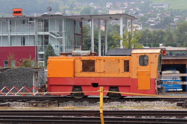 Til rangering med blandt andet godsvogne på rollvogne havde man to Diemaer. Her ses Zillertalbahn 2 (D 2) i Jenbach 01.09.2013. Imidlertid havde den sidste godskunde opgivet banen, så rollvognene var til dels stablet i dynger, men der taltes om at genoptage godstransporterne. Lokomotivet er bygget 1991 til den schweiziske cementfabrik Holcim, hvorfra det er købt brugt 2013.