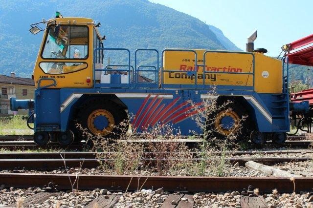 I Bozen stod denne tovejes RTC 16.300 til rangering med vogne med vejmateriel, der havde valgt at blive transporteret over Alperne på skinner. Den tilhørte Rail Traction Company SPA, en italiensk afdeling af firmaet og ses her 31.08.2013.