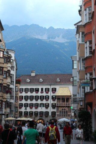 Det var ret mørkt, da vi gik ud for at spise i Innsbruck. Vi nåede dog blandt andet Det gyldne Tag, inden vi spiste i nabolaget. Nutidens digitalkameraer fotograferer lige godt i dagslys og mørk. Bjergene over byen er 2000 meter højere en byen. En svævebanestation på vej op til en af toppene, Hafelekarspitze anes.
