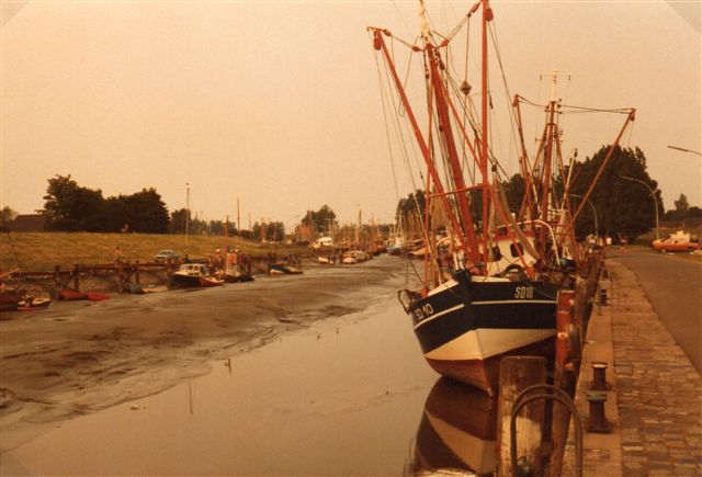 Det bedste sted at fornemme forskellen mellem høj- og lavvande er i en havn uden sluse. Her er vi i friedrichkoog 1983.Kutteren står simpelthen på havbunden, men 12 timer senere lyder den igen i mere end tre meter vand.