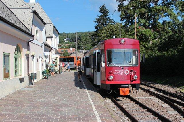 I drift på besøgsdagen var nr. 24, der var et af to i 2012 indkøbte motorvognssæt fra schweiziske Appenzeller Bahnens strækning St. Gallen - Speicher - Trogen. Vognene er bygget i 1977. Det andet var nr. 21. Begge sæt var nylakkerede og muliggjorde halvtimesdrift. I Schweiz var litraet Bde 4/8 og numrene 21 og 24, hvilket passede godt ind i Rittnerbahns nummersystem, så en omnummerering derfor ikke var nødvendig. Billedet er taget i Klobenstein 31.08.2013.