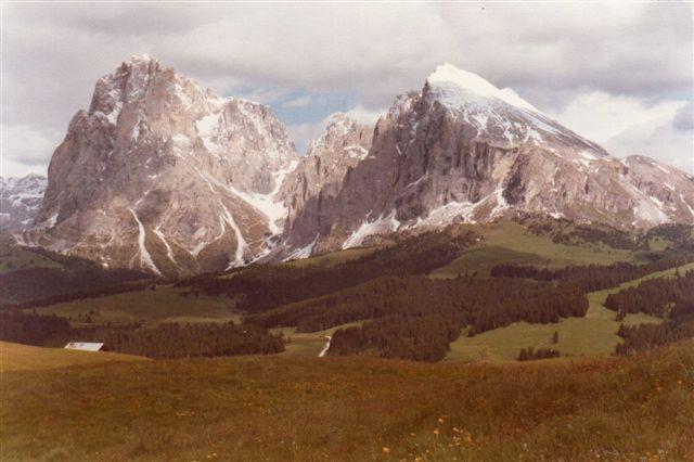 Fra Rittnerplateauet var der udsigt til Rosengarten og andre af Dolomitternes bjerge. Her er jeg i 1980 på Europas største sæter, Seiser Alm (Alm er sæter, på romansk alpe!) Herfra var de rudsigt til Langkofel og Plattkofel. Gæt selv, hvad der er hvad. Jeg sad bare her i blomsterne og svømmede væk, indtil en tysk familie kom og oplyste mig om, at man ikke kunne se sig mæt her.