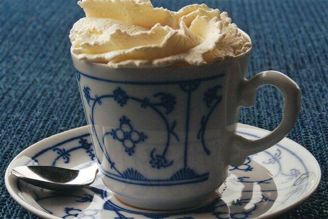 Farisær. Her chokolade med rom. Normalt er det kaffe med snaps. Flødeskummet tager duften af snaps, så præsten ikke opdager, at sognebørnene drikker. Noget skulle vi dulme skuffelsen over terræn og vejr med.