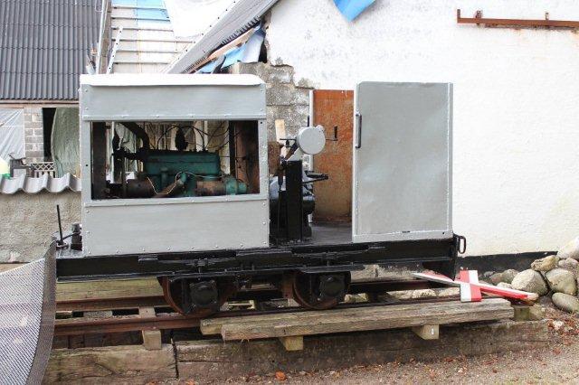 Ved Strøelsesfabrikkens nedrivning blev lokomotivet gemt i resterne af en cirkusvogn, men fundet mange år efter og købr af Blæsbjergbanen. Her er det nu under restaurering, og motoren forventes genstartet i 2013. Foto: BH 2013.
