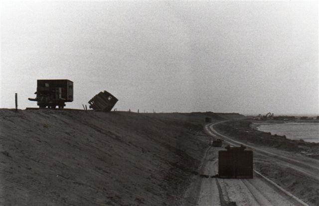 Banen til Nordstrandischmoor krydsede det under anlægværende dige for Beltringharderkoog. Også her havde vinden blæst de stormflodssikrede vogne ned. Billedet er fra først i 80'erne. Det er muligvis taget af Horst Ebert.