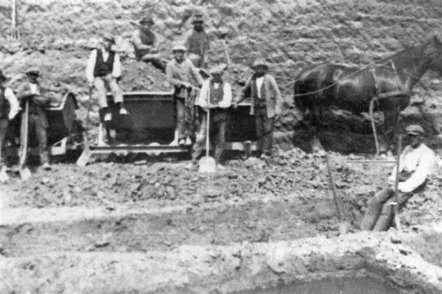 I 1926 var danskbyggede motorlokomotiver endnu ikke blevet almindelige. Der kørtes med heste og gravedes med håndkraft. Billedet er formentlig lånt på Viby Bibliotek.
