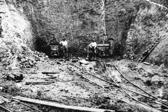 Emiliedal Teglværk 1930. 600 mm spor. Der graves med håndkraft og læsses en vogn af gangen. Rangeringen foregik med håndkraft, men toget blev trukket til værket af en hest. Billedet er lånt på Viby Bibliotek.