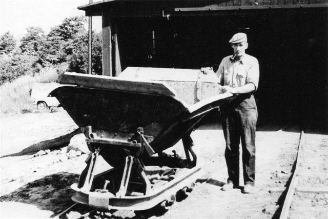 I 1965 rangeredes stadig i en snæver vending med håndkraft. Billedet er lånt på Viby Bibliotek.