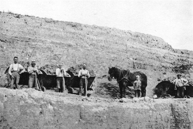 Mens der i 1926 anvendtes jerntipvogne, brugtes der i 1920, hvor dette billede er fra, tipvogne med undervogn af egetræ. Billedet er lånt på Viby Bibliotek.
