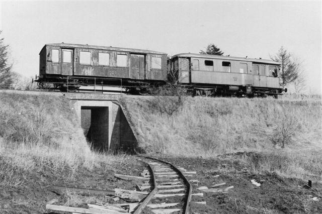 Teglværksbanen under privatbanen til Kjellerup og Rødkjærsbro. Fotoet er taget af Finn Sørensen, der ikke har opgivet årstal. der er muligvis tale om en jernbaneudflugt?