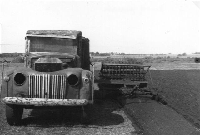 Den gamle bil kunne også forme den udlagte tørvemasse (dynd) til tørv! Arkiv: BH.