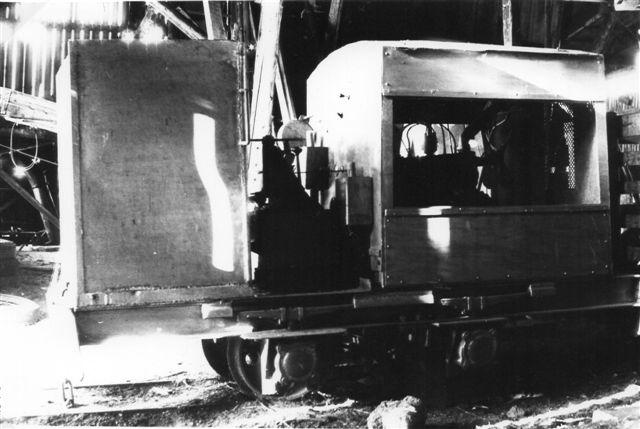 I Strøelsesfabrikkens hal stod et lokomotiv karaktistisk ved at der var svejset omkring 10 centimeter plade på i motorhusets bredde uden at den ekstra plads inde i motorrummet blev brugt til noget. Smed Hesel i Moselund menes også her at stå bag konstruktionen. Motoren var en Ford A fra omkring 1930. Foto: BH 1978.