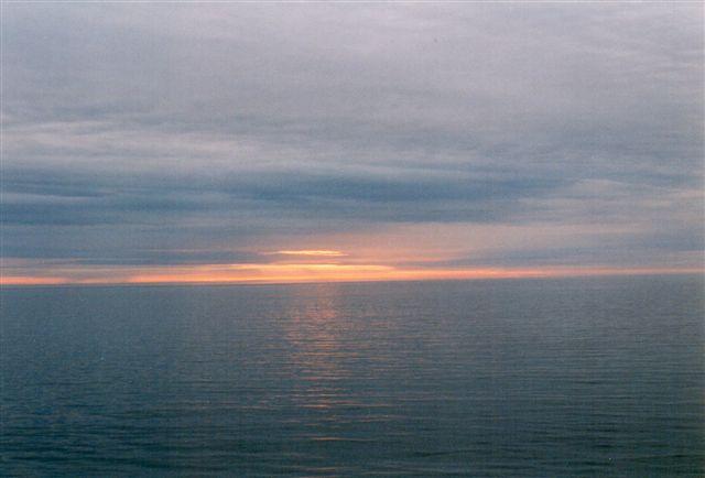 Hvornår det er midnat i Nordnorge, -Sverige og -Finland. Hvordan er det lige med sommertiden? Hvor er vi lige i forhold til den for lokaltiden afgørende 15. længdegrad øst? På fotoet er vi i Lopphavet Syd for Nordkapp. Først i Finland viste solen sig om natten.