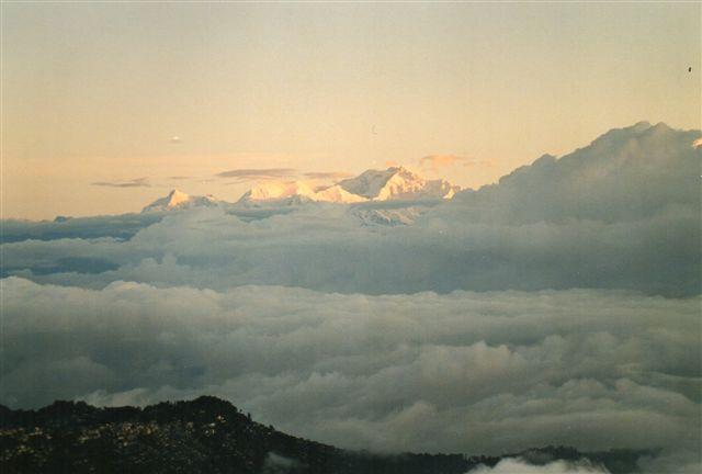 Kanchenjunge , 8586 meter, Himalayas og verdens tredje højeste bjerg efter Mount Everest og K2 set fra Tigerhill ved Darjeeling. Dette syn kostede en mindre formue, og så havde Tigerhills ejere glemt at trække gardinet fra for Mount Everest. Den samme udsigt havde jeg fra mit hotelværelse uden ekstra beregning. Billede fra 2002.