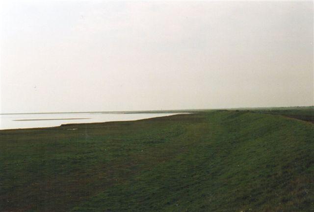 Her ses tydeligt, at Vadehavet efter 70 års tilløb er begyndt af gnave af Juvrediget i syd. Det tabte land får man igen andre steder ved Juvredyb samt ved Listerdyb, hvis overskylningsflade nu er mindre med mendre vandindstrømning til følge. I øvrigt kom dette tabet her ikke bag på planlæggerne. Det var valgt med vilje, for skulle Rømødæmninge følge vandskellet for at undgå tabet her, skulle den have landet på det nordligste Rømø! Det ville bilismens ikke.