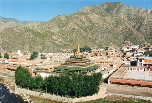 Labrangklostret er et af Tibets store og betydelige klostre, omend det ligger i Kina uden for det såkaldt selvstyrende området, kineserne kalder Tibet. Klostret er sæde for flere videnskaber blandt andet om naturmedicin. Her ses detaljer af klostret.