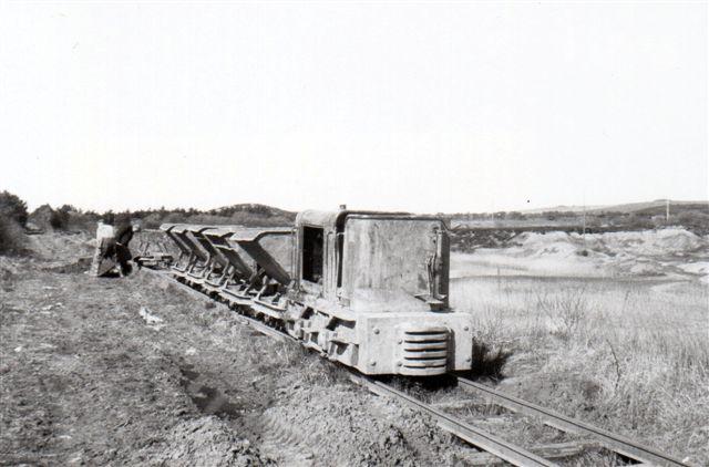 En afsporet vogn sættes på plads.
