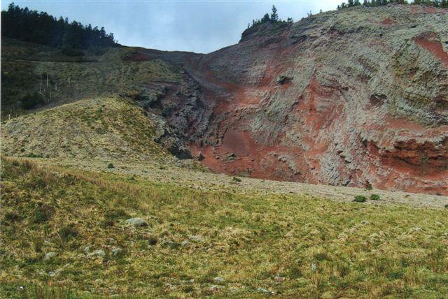 Her kan man ligefrem se, at lavaen er flydt ud fra krateret og ned ad siderne. Tilsyneladende har man gravet i lavaen.