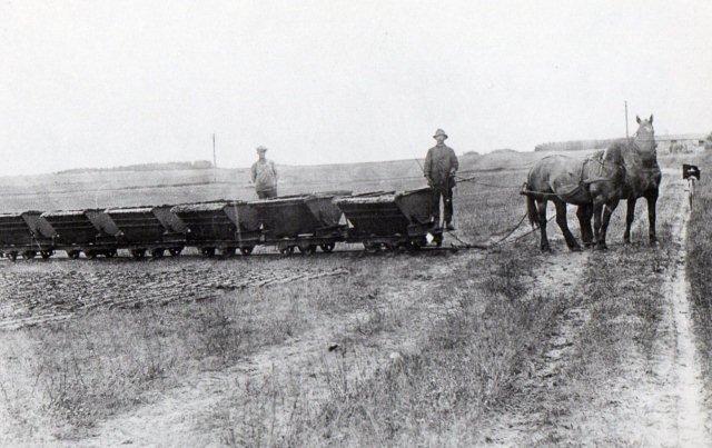 Chr. Ernsts Speghøjværk 1918. Der køres tørvedynd ud i tipvogne trukket af heste. Bagefter formes massen til tørv, tørres, stakkes og sælges.