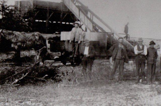 Hestetrukket kassevogn på Speghøjværket ca. 1930. Tørven fra vognen føres med elevaotern til ælteværket. Chr. Ernst er på vej ned ad trappen. E. Boilsen repro 72B7.