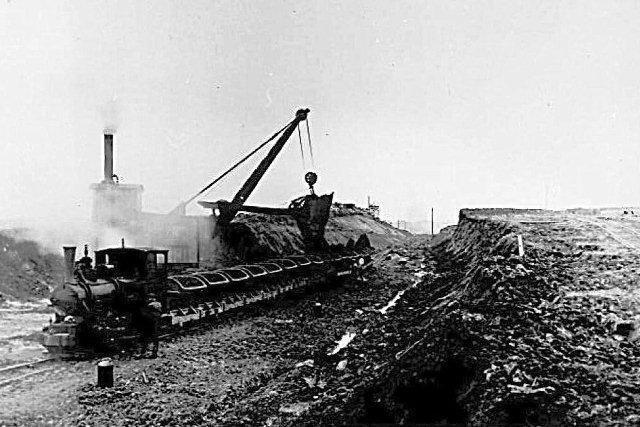 En stor del af billederne kan ikke stedfæstes, idet de blot viser lokomotiver, her Hanomag 5772/1909, gravemskiner, her Menck & Hambrock uden data. Entreprenøren her er Fibiger & Villefrance, og vi er et eller andet sted på stationsområdet.