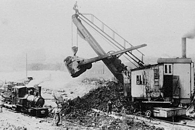 Fibiger & Villefrance 5, Henschel 12972/1914 samt en ny Menck & Hambrock fra 1928. Byggenummer kendes ikke. Stedet heller ikke, bortset fra at vi er på stationsområdet.