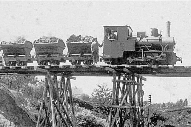 Hvor Prangervejsbroen kom til at ligge anlagde en interimistisk bro til anlæg af broens østlige fæste. Her ses Krauss 7193/1916 tilhørende Carl Jensen  på broen formentlig 1931.
