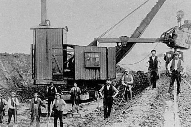 Vi er nu ude på Nørremarken, men entreprenør er ikke opgivet. Formentlig er det Fibiger & Villefranche. Graveren er en M&H. Lokomotivet er et Hanomag, men der var flere søstermaskiner, der boltrede sig her. Tidpunktet kan sættes til 1926 - 34.