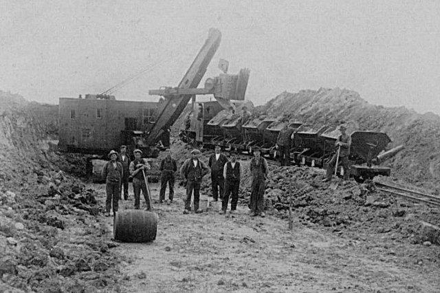 Endnu en M&H gravemaskine, men er ejeren Carl Jensen og vi er længere ude ad den nye Nordbane omkring 1929. Lokomotivet er Krauss 7193/1916.