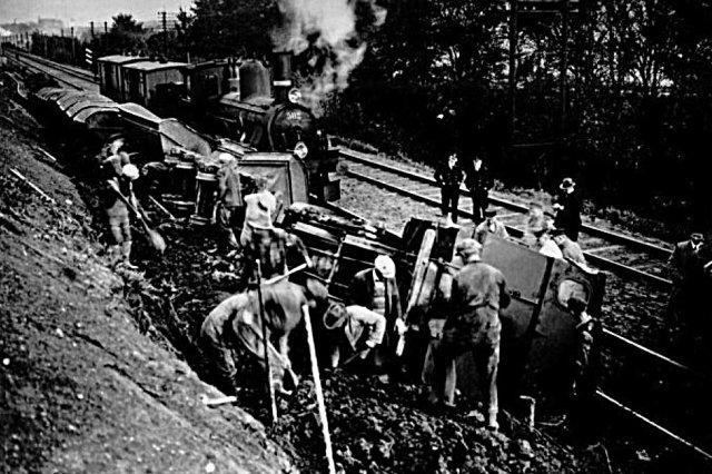 Om Berlineren har kørt for stærkt her eller dæmningen er skredet under toget vides ikke. Lokomoføreren kom ikke noget til og ses på fotoet. Hans søn har senere - i Signalposten? - skrevet om uheldet.