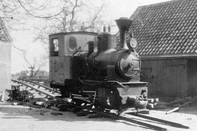 O&K 9478 efter endt arbejde på vognmand Lillies gård i Hannerup inden afsendelsen til Køng Mose, hvor det skulle deltage i afvanding stadig for A. & E. Kayser.