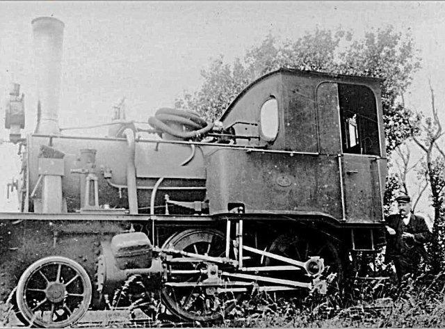 Hanomag leverede over nogle år flere lokomotiver til danske privatbaner. Flere endte som entreprenørlokomotiver. Desværre har maskinerne i den grad været ofre for forvekslinger, men den skulle være maskinen, der i følge kedeltilsynet er notoeret på Færøerne, Hanomag 1643/1884, Lynet. Tidligere HHJ. Det ses her ca. 1913 ved anlæg af TKVJ for Brøchner-Larsen & Agge.
