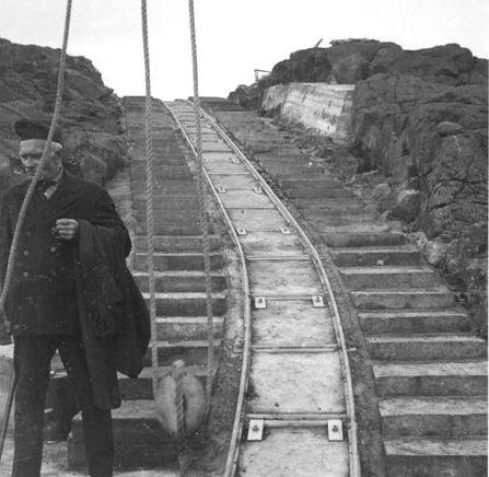 Banen til fyret på Nolsø set nedefra. Arkiv: Niels Jensen.
