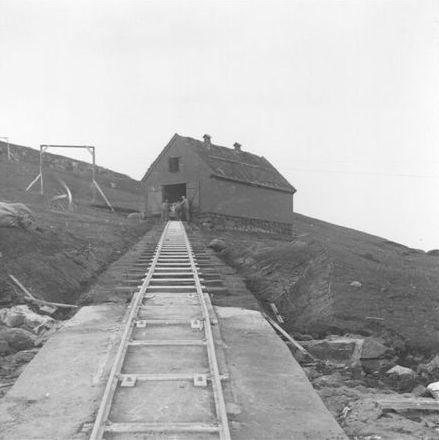 Banens øvre ende. Galgerne tyder på yderligere bane fra pakhuset til fyret højere oppe. Arkiv: Niels Jensen.