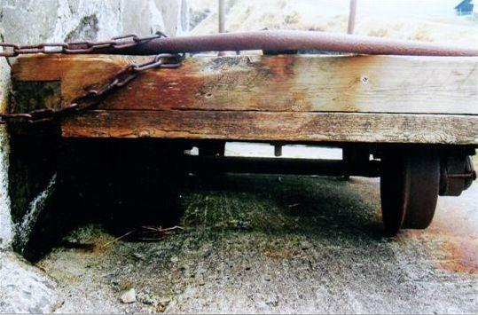 Nærbillede af vogn på banen. Foto. Sidse Friis Laursen 2012.
