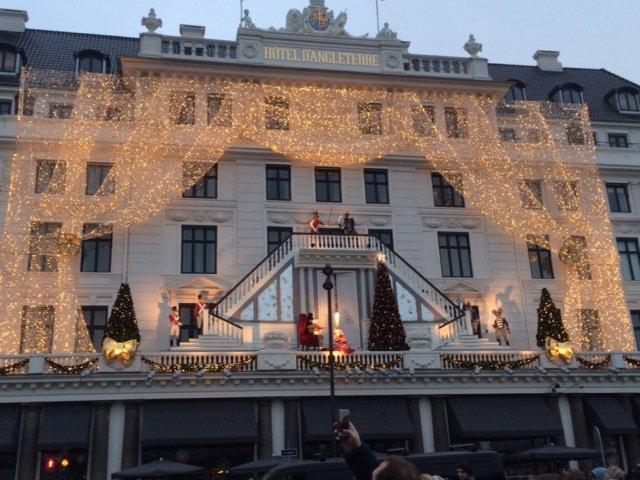Det var juleudsmykningen på Hotel d'Angleterre, de fotograferede. Udsmykningen var også flot.