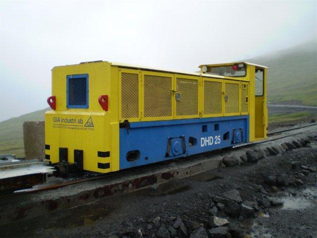 """GIA 2512/1997, DHD 25 nyrenoveret i 2010. Det er født med førerhus og ser noget større ud, end de øvrige to lokomotiver. Det kaldtes derfor også for """"Det store."""" Foto: Edmund Hansen 2010."""