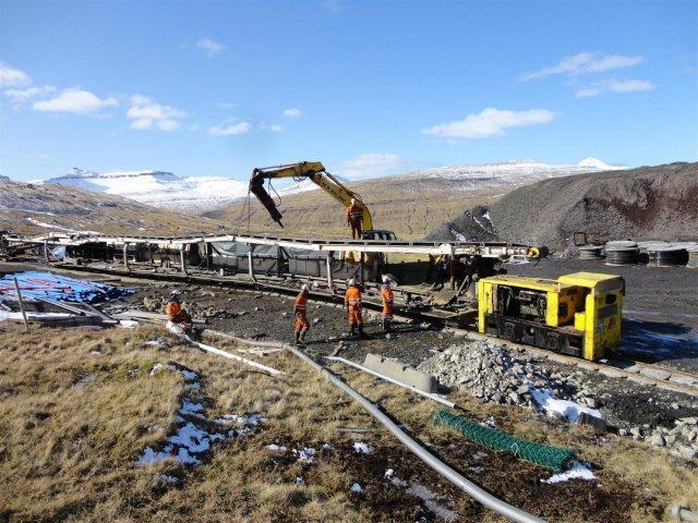 Boringen er afsluttet 2012, og det mellemste lokomotiv, GIA 1260 trækker backupdelen ud af tunnelen, idet man er begyndt at adskille boremaskinen inde i tunnelen. Foto: Edmund Hansen 2012.