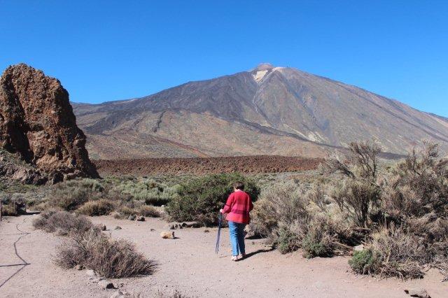 Her går vi i ørken- og lavalandskabet neden for Teide. Der ligger formentlig lidt sne på toppen, og hvert fald, da vi rejste var vulkanen hvid af nysne.