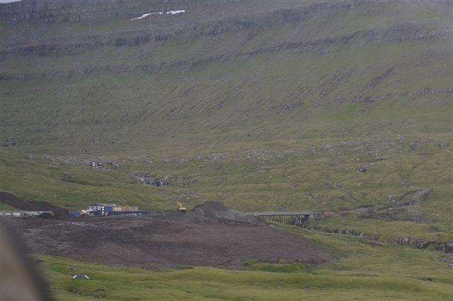 Tunnelmunding til højre og byggeplads til venstre. Foto fra kørende bus af Anders Riis 2013.